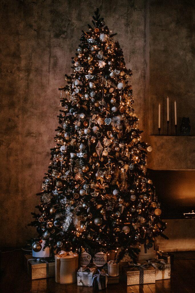 Gold/sliver themed Christmas tree - Christmas Décor Inspiration