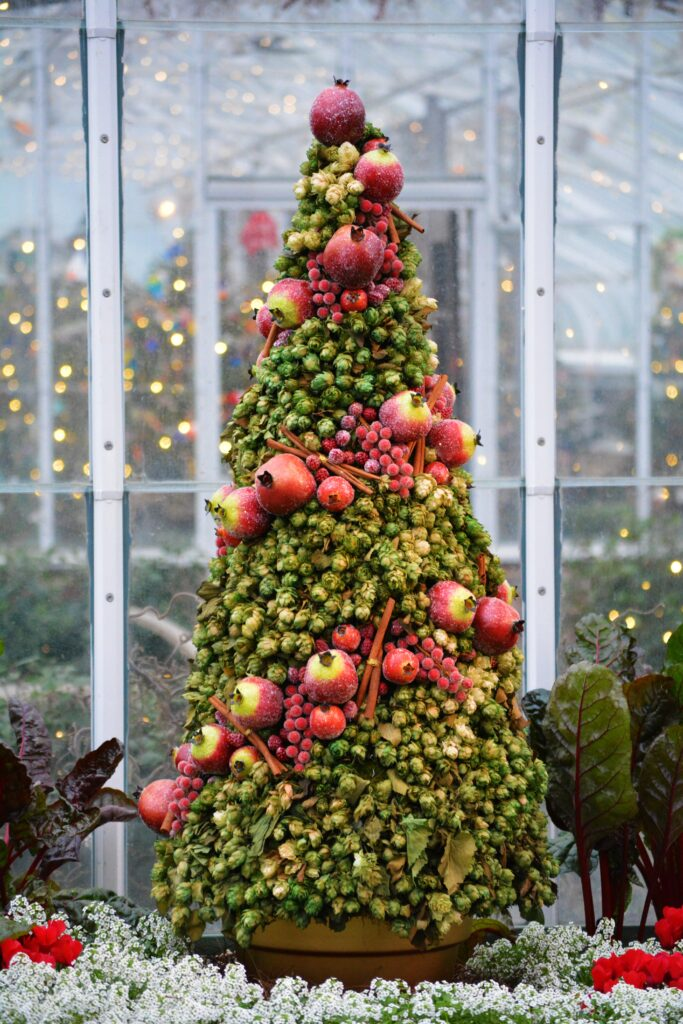 Fruit and veggie Christmas tree in green and red-Christmas Décor Inspiration