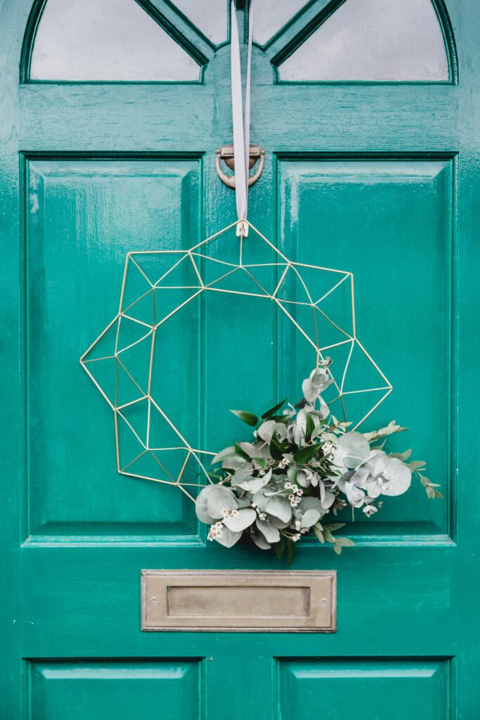 Wire outdoor wreath with garland of white flowers - Christmas Décor Inspiration