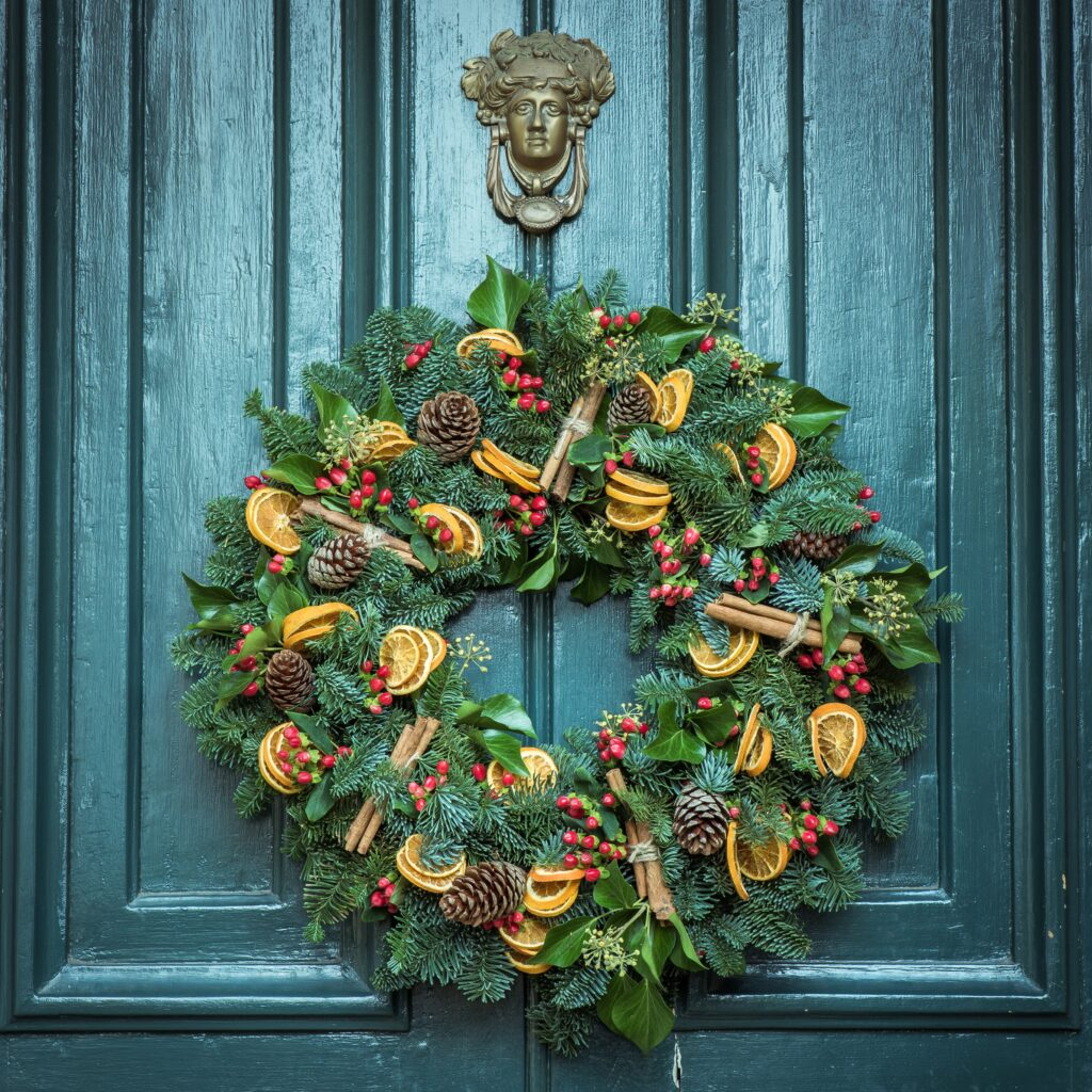 Outdoor wreath created with pinecones, cinamon sticks and orange slices - Christmas Décor Inspiration