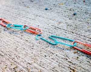 broken chain of paper clips - Breaking the lease - what to do